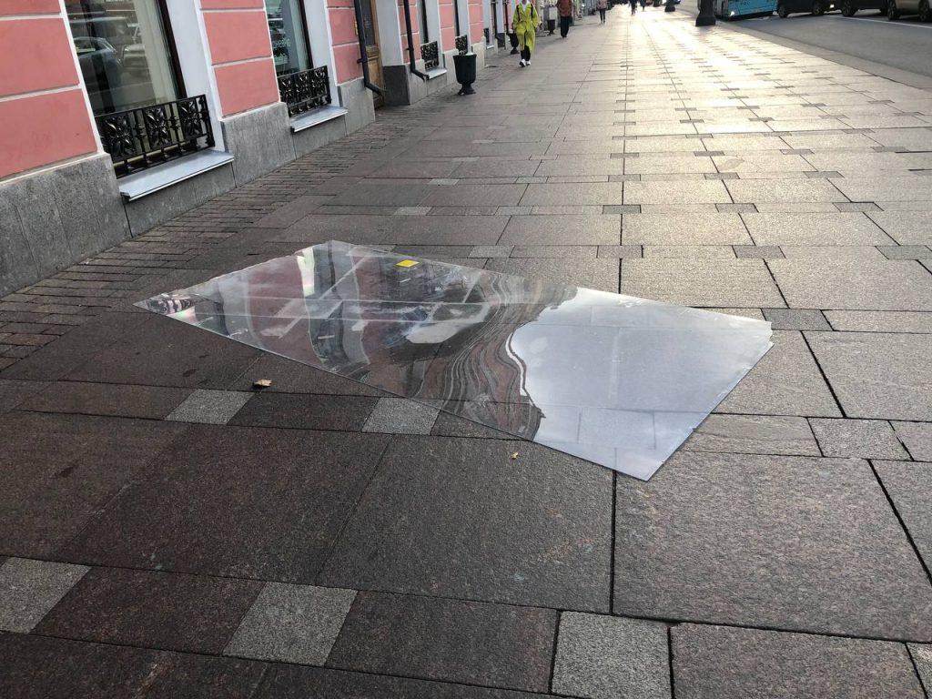 Поваленные деревья и дорожные знаки, ветер 20 м/с, закрытые музеи и парки: в Петербург пришел ураган