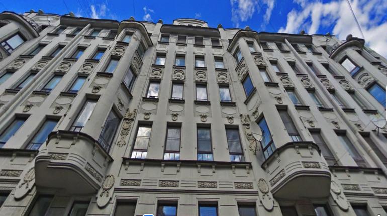 Бескорыстный и скромный: горожанин за свой счет отремонтировал парадную дома на Петроградской стороне