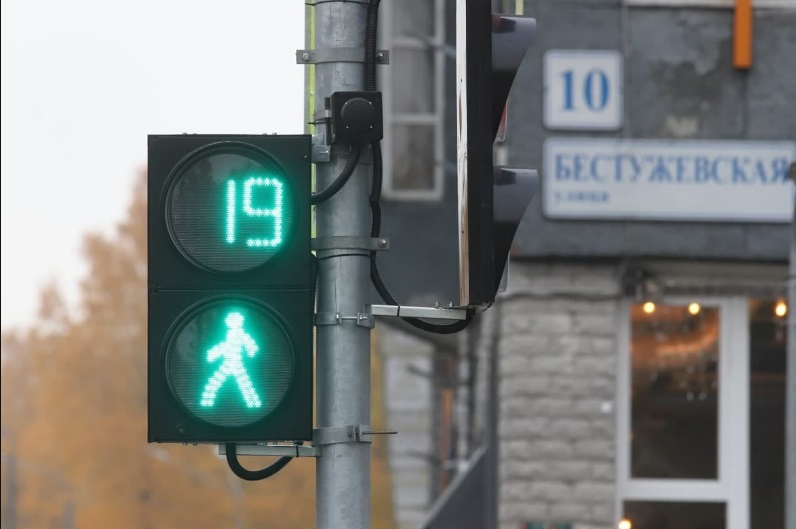 Заработал светофор на перекрестке Лабораторного проспекта с Бестужевской улицей