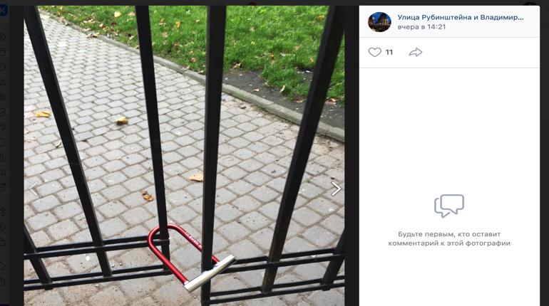 Неизвестный повесил замок на сквер Маневича: соседи в шоке, а управдом разводит руками